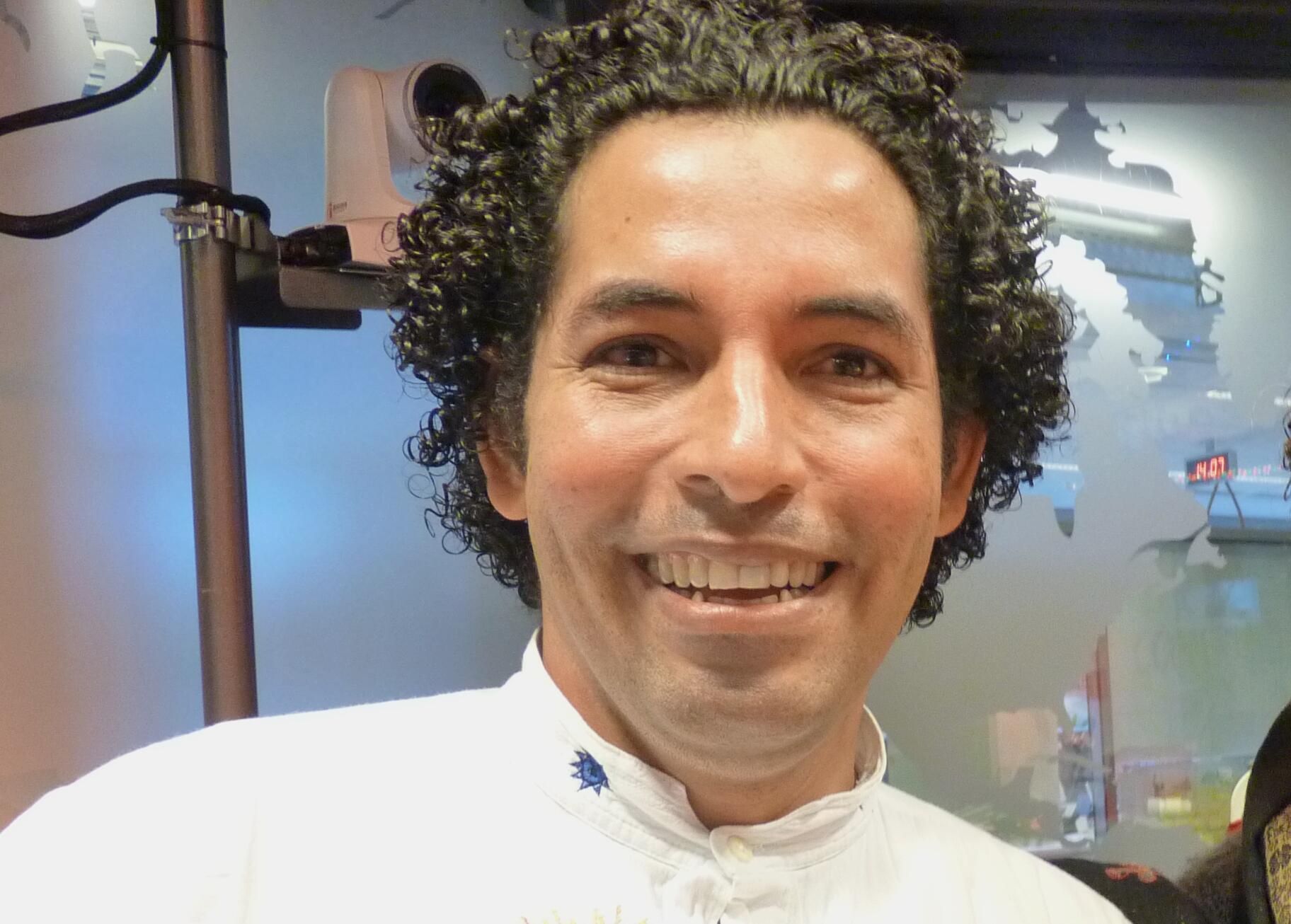 El artista colombiano Miguel Burgos en los estudios de RFI