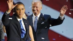 Hai ông Barack Obama và Joe Biden mừng thắng lợi tại Chicago (REUTERS)