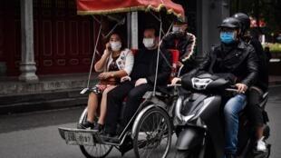 Ảnh minh họa: Du khách đeo khẩu trang tham quan phố cổ Hà Nội ngày 06/02/2020.