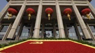 北京飯店門前為迎接中共十八大用鮮花組成的黨旗花壇。