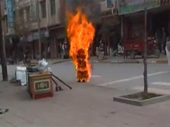 Từ năm 2009, khoảng 100 người Tây Tạng tự thiêu đến phản đối Bắc Kinh. Trong ảnh, tu sĩ Palden Choetso tự thiêu, ngày 03/11/2011, tại thành phố Đạo Phu, Khu tự trị Cam Tư, tỉnh Tứ Xuyên.