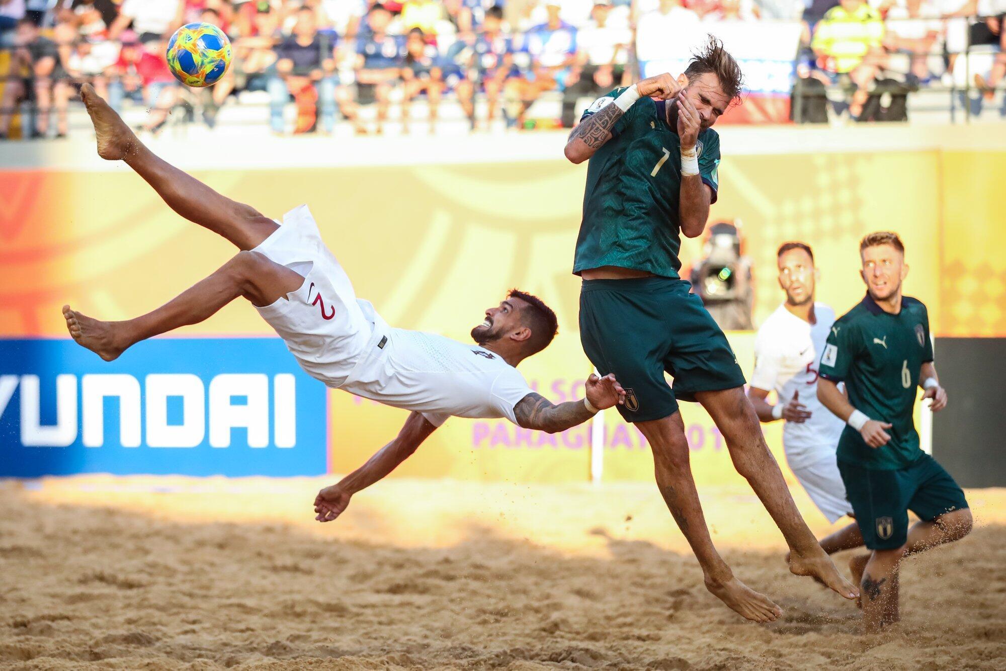 El internacional portugués Coimbra remata una jugada durante la final disputada frente a Italia en Asunción (Paraguay) el 1 de diciembre de 2019.