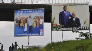Propaganda dos candidatos Laurent Gbagbo (Esq.)  e Alassane Ouattara (Dir.) aquando da segunda volta das presidenciais na Costa do Marfim, 21 de Novembro de 2010.