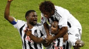 Alain Kaluyitukadioko (en dessous) et ses coéquipers du Tout Puissant Mazembe entrent dans la légende du football africain.