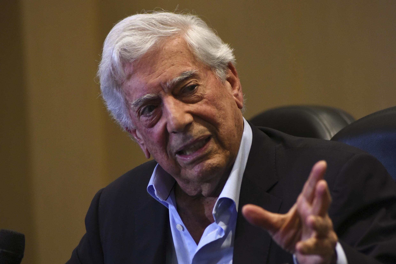 Foto de archivo del 3 de diciembre de 2019, del escritor peruano y Premio Nobel de Literatura, Mario Vargas Llosa, habla durante la presentación de su libro 'Tiempos recios' en la Ciudad de Guatemala.