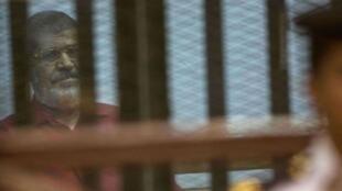 埃及被推翻的前总统穆尔西在庭审时      2016年5月