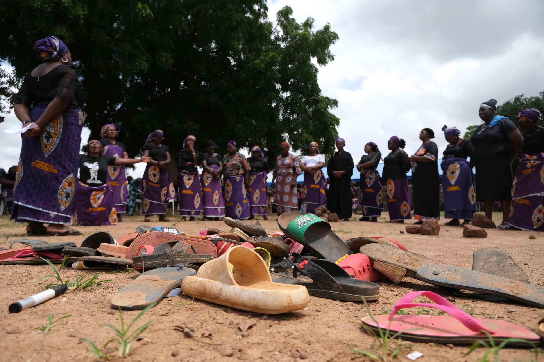 Pertenencias de los estudiantes de Bethel Baptist High School se observan dentro de la escuela mientras los padres de los alumnos secuestrados oran por el regreso de sus hijos en el estado de Kaduna, al noroeste de Nigeria, el 14 de julio de 2021