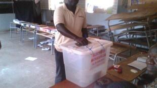 Un bureau de vote pour les élections municipales dans l'école de la Route des Puits, dans le quartier de Grand Dakar, le 29 juin 2014.