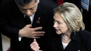 Ngoại trưởng Mỹ Hillary Clonton trao đổi với tổng thư ký ASEAN Surin Pitsuawan, tại hội nghị thượng đỉnh Đông Á 30/10/2010