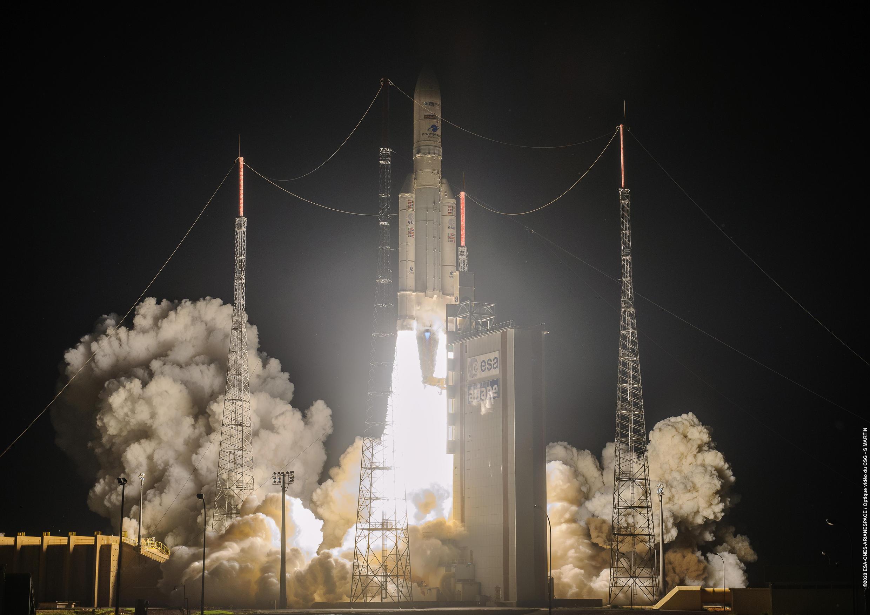Imagen publicada por la Agencia Espacial Europea (ESA) muestra el despegue del cohete Ariane 5 de la base de Kourou, Guayana Francesa, el 15 de agosto de 2020
