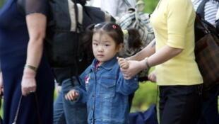 Phi trường Incheon : Một gia đình người tỵ nạn Bắc Triều Tiên được đưa tới định cư tại Seoul (Getty Images)