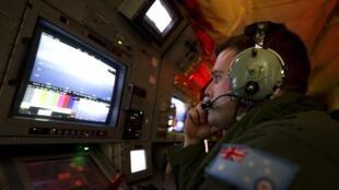 Aviões e navios intensificavam a busca pelo voo MH370 da Malaysia Airlines no sul do Oceano Índico