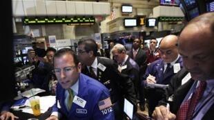 Estados Unidos: la Bolsa de Nueva York sufrió severas pérdidas al comenzar la tarde del lunes 8 de agosto de 2011.