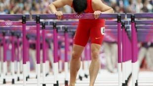 刘翔亲吻最后一道跨栏