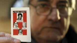 El francés Bernard Alexandre Chanfreau muestra una foto de su hermano Alphonse René Chanfreau y otras tres víctimas, desaparecidos durante la dictadura chilena a partir del golpe militar de Augusto Pinochet en 1973.