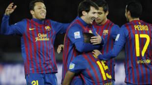 Jogadores do Barcelona comemoram o primeiro gol contra o Qatar's Al Sadd na vitória espanhola desta quinta-feira.