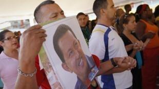 Những người ủng hộ ông Hugo Chavez chuẩn bị tham dự buổi lễ cầu nguyện cho sức khỏe của Tổng thống tại Caracas ngày 19/12/2012.