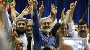 O candidato Abdullah Abdullah (centro) junto com seus partidários em Cabul, 8 de julho de 2014.