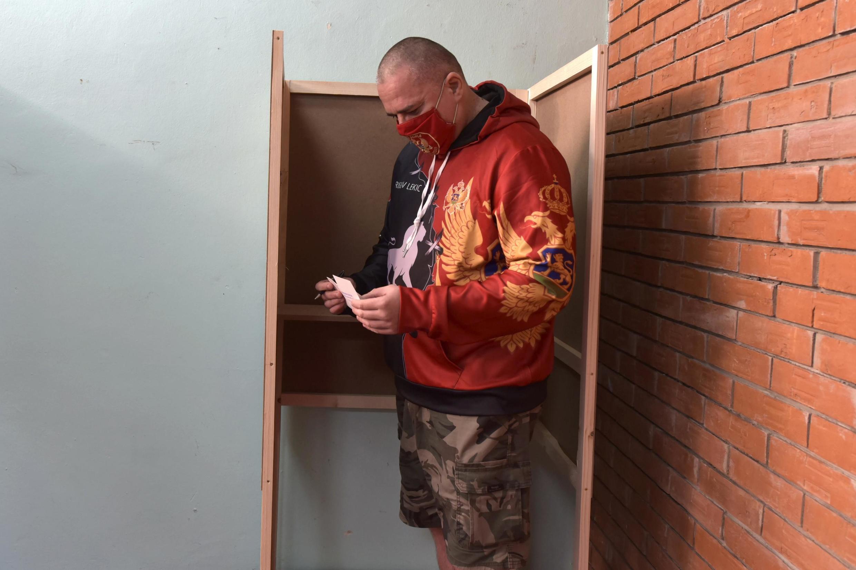Un électeur monténégrin dans un bureau de vote de Cetinje, au sud de la capitale Podgorica, le 30 août 2020.