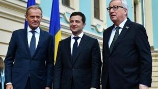 Le président ukrainien Volodymyr Zelenskiy (c) a rencontré le président du Conseil européen Donald Tusk (g) et le président de la Commission européenne Jean-Claude Juncker (d) à Kiev, ce lundi 8 juillet 2019.
