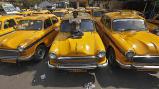 India: once organizaciones sindicales firmaron el llamado a la huelga el 28 de febrero de 2012 para  presionar al gobierno de centro-izquierda un refuerzo del derecho laboral y por un mínimo  salarial. (Foto: taxis en huelga en Calcuta o Kolkata)