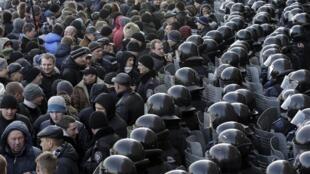 ក្រុមអ្នកចង់ក្លាយជារុស្ស៊ីនាំគ្នាធ្វើបាតុកម្មនៅមុខទីស្នាក់ការរដ្ឋបាលក្រុង Donetsk ខាងកើតអ៊ុយក្រែន ថ្ងៃទី ៩ មីនា ២០១៤