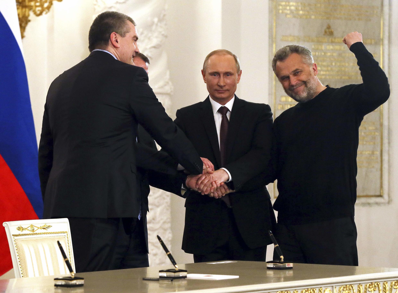 Tổng thống V.Putin (G) và các lãnh đạo Crimée sau lễ ký hiệp ước sáp nhập bán đảo này vào Liên bang Nga, Matxcơva, 18/03/2014