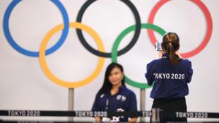 Le personnel à l'aéroport international de Tokyo, le 15 juillet 2021 mobilisés pour l'accueil des délégations pour les JO