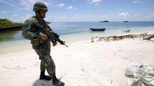 Binh sĩ Philippines tuần tra trên đảo Thị Tứ  trong quần đảo Trường Sa, nơi có tranh chấp chủ quyền giữa nhiều nước trong khu vực. Ảnh chụp ngày 11/05/2017.
