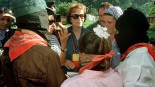 Danielle Mitterrand junto a los zapatistas, en Chiapas, México, el 31 de julio de 1996.