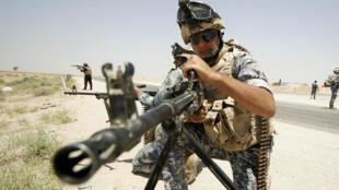 Un membre des forces de sécurité irakiennes entre les provinces de Kerbala et d'al-Anbar, le 16 juin 2014.