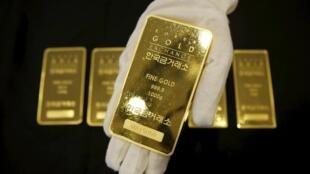 Thỏi vàng nặng 1 kg tại thị trường vàng Seoul, 31/07/2015.