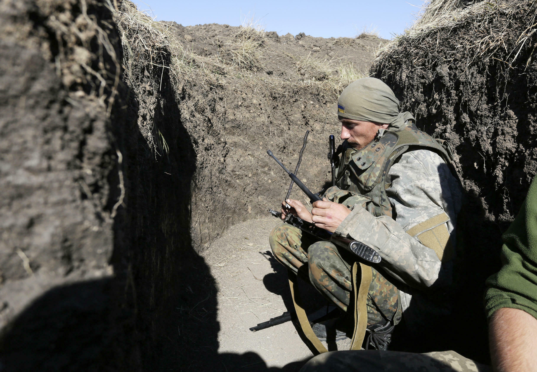 Lính Ukraina trong một giao thông hào gần thành phố Avdiivka, vùng Donbass.