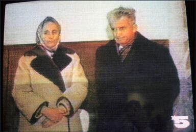 Elena et Nicolae Ceaucescu face à la caméra de télévision lors de leur procès du 25 décembre 1989.