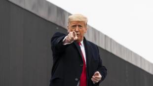 Donald Trump devant une partie du mur de séparation avec le Mexique lors de son passage à Alamo le 12 janvier 2021.