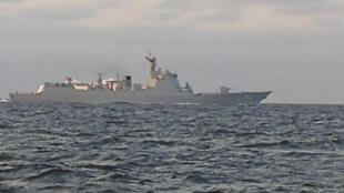 Tàu khu trục Trung Quốc đi qua Great Belt, Đan Mạch, trên đường đến biển Baltic gần Kaliningrad, để tham gia Joint Sea 2017 với Nga. Ảnh chụp từ điện thoại ngày 21/07/2017.