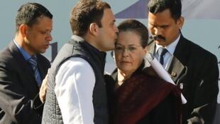 Rahul Gandhi beija a sua mãe, Sonia, ao assumir a liderança do partido de oposição, em Nova Délhi, Índia, em 16 de dezembro de 2017.