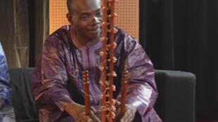 Diabaté Toumani, virtuose de la kora et initiateur du festival acoustik (capture d'écran).