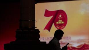 Un utilisateur chinois, smartphone à la main, en marge des célébrations du 70e anniversaire de la République populaire de Chine, le 26 septembre 2019 à Pékin.