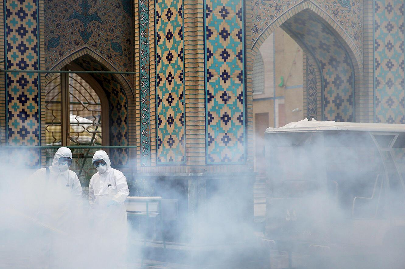 Iran - dịch Covid-19: Khử trùng trước lăng mộ giáo sĩ Reza tại Mashhadj, nơi thu hút hàng năm hơn 20 triệu người đến viếng. Ảnh 27/02/2020.