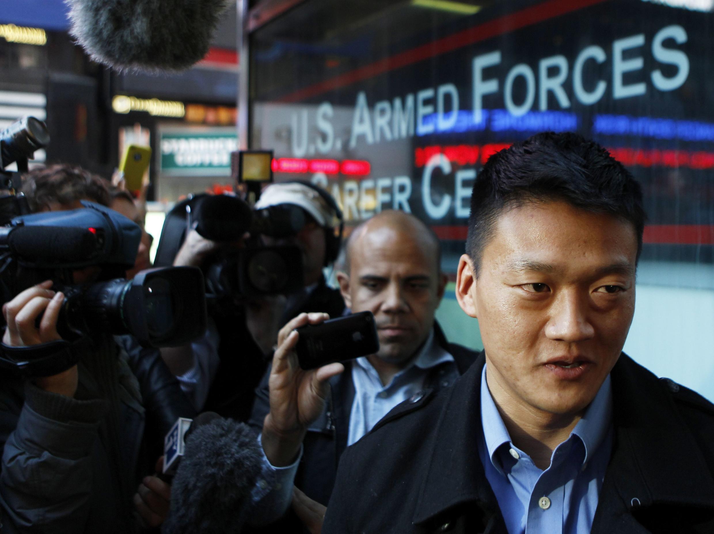 Un officier gay américain interviewé par les médias devant un centre de recrutement de l'armée à New York, le  19 octobre 2010