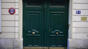 Entrada do edifício residencial em Paris, onde a polícia encontrou botijões-bomba no último sábado (30).