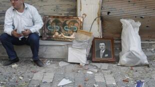 Morador volta à cidade de Homs para recuperar seus pertences.
