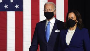El aspirante demócrata Joe Biden junto a su compañera de fórmula Kamala en Wilmington, Delaware, el 12 de agosto de 2020