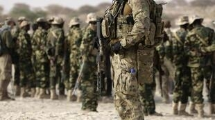 A US special forces soldier stands in front of Chadian soldiers during Flintlock 2015, an American-led military exercise, in Mao, February 22, 2015