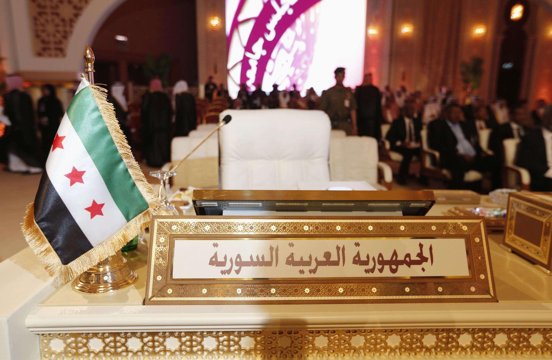 A bandeira da revolução síria substituiu a do regime de Bashar al-Assad na Cúpula da Liga Árabe.