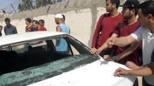Des personnes se sont rassemblées devant la maison du ministre tunisien de l'Intérieur à Kasserine, cible d'une attaque revendiquée par Aqmi, le 28 mai 2014.