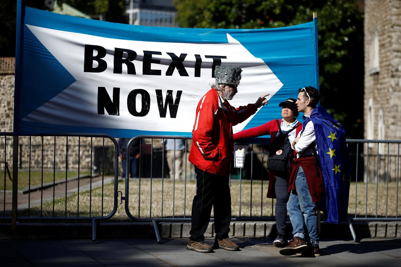 Um manifestante pró-Brexit conversa com manifestantes anti-Brexit em Londres, Grã-Bretanha, 2 de setembro de 2019.