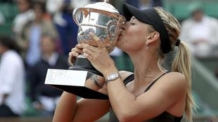 Maria Sharapova kisses the trophy during the ceremony after defeating Sara Errani