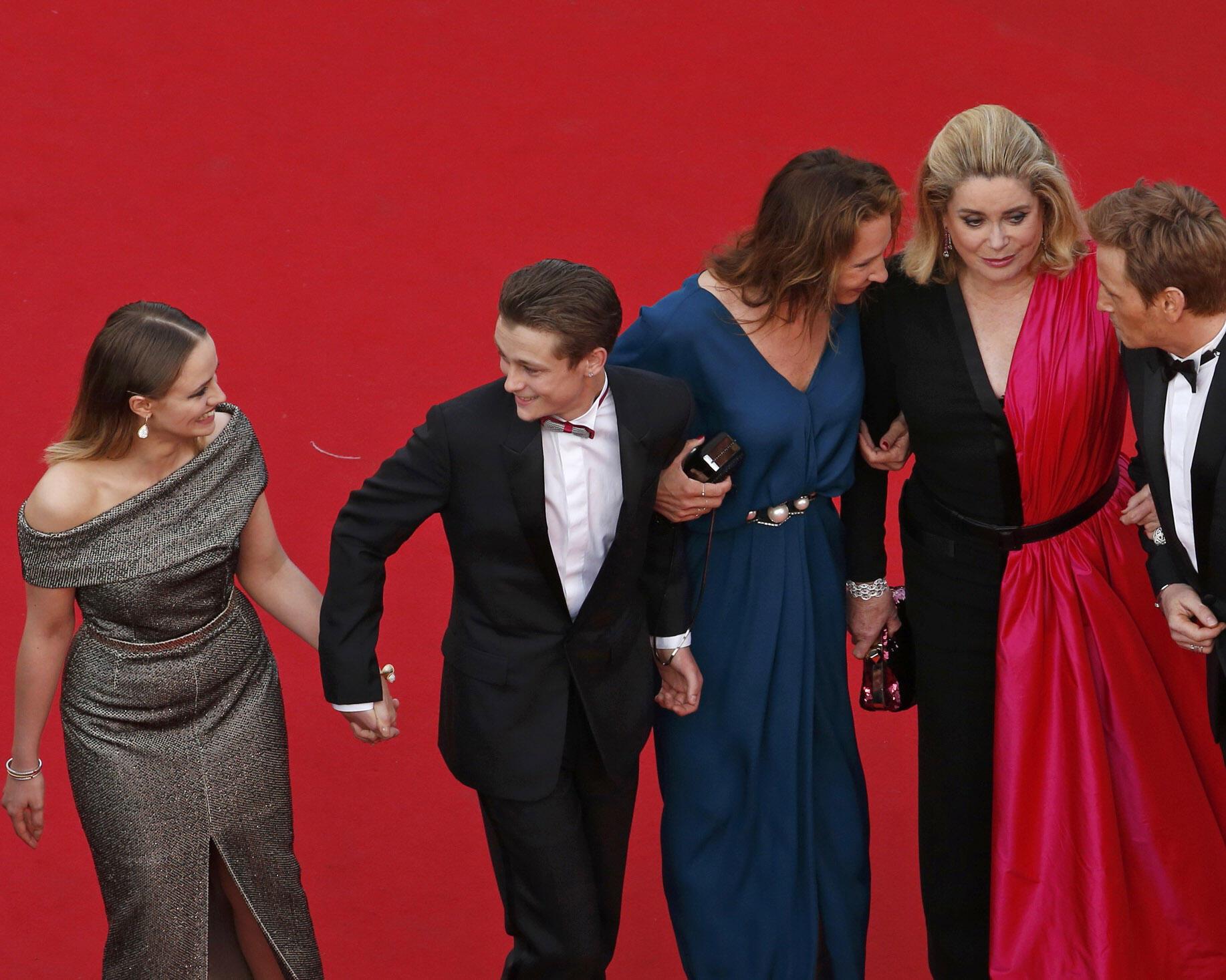 """El elenco de la película francesa """"La tête haute"""", de la cineasta Emmanuelle Bercot, con Catherine Deneuve (4a de izquierda a derecha) como protagonista, a su llegada a la inauguración del Festival de Cannes 2015."""